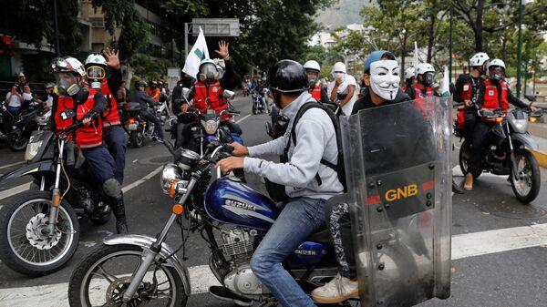 Участники акции протеста против президента Венесуэлы Николаса Мадуро в Каракасе