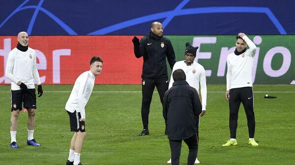Главный тренер Монако Тьерри Анри (в центре на заднем плане) с футболистами монегасков