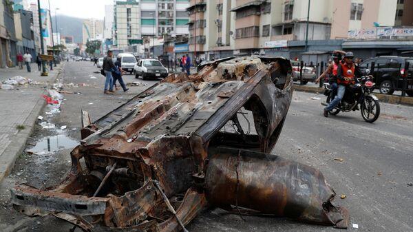 Сгоревшая машина на улице Каракаса. 24 января 2019