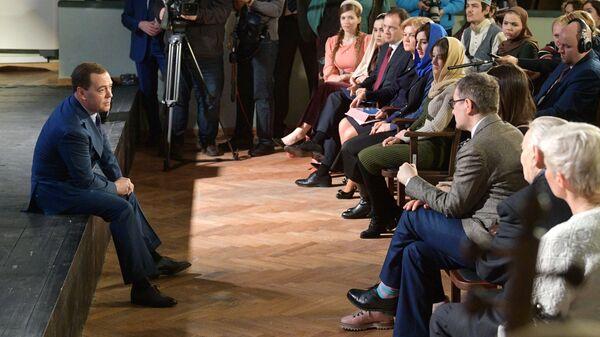 Председатель правительства РФ Дмитрий Медведев во время встречи со студентами Российского института театрального искусства