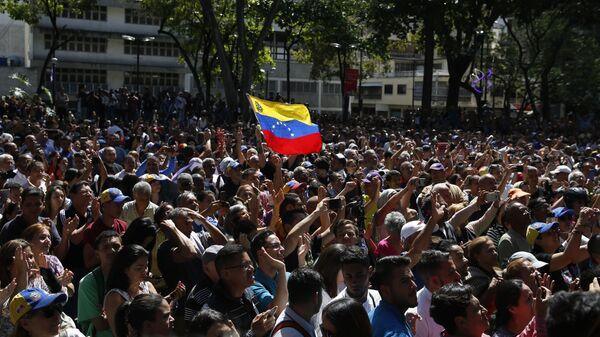 Сторонники во время выступления на митинге в Каракасе спикера парламента Венесуэлы и лидера оппозиции Хуана Гуайдо