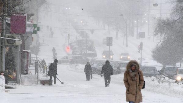 Прохожие во время снегопада на Ленинском проспекте в Москве