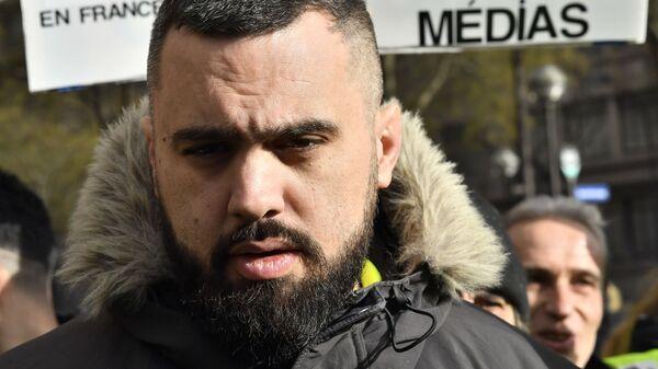 Лидер движения желтых жилетов Эрик Друэ общается с журналистами на протестной акции в Париже. 26 января 2019