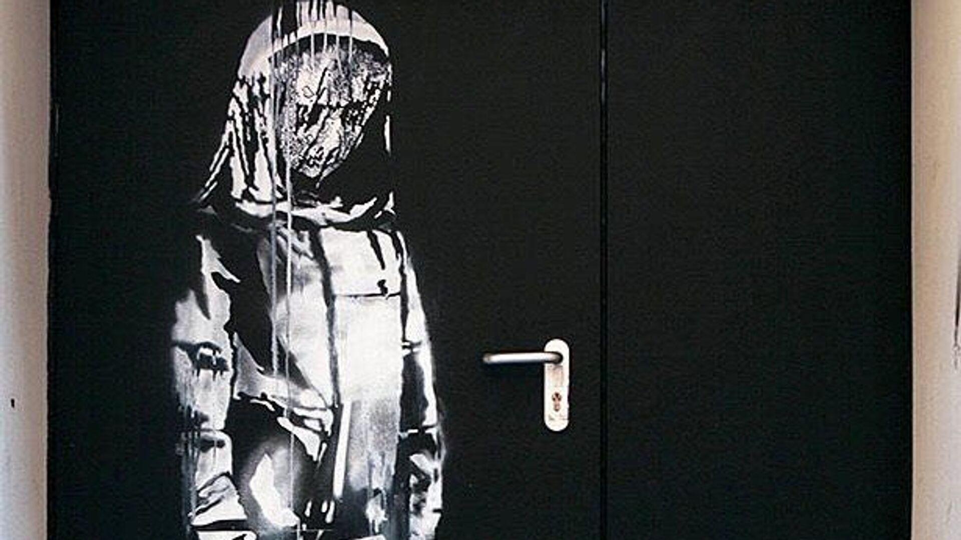 Работа уличного художника Бэнкси, сделанная в память о жертвах теракта 13 ноября 2015 года на двери запасного выхода из парижского концертного зала Батаклан - РИА Новости, 1920, 27.06.2020