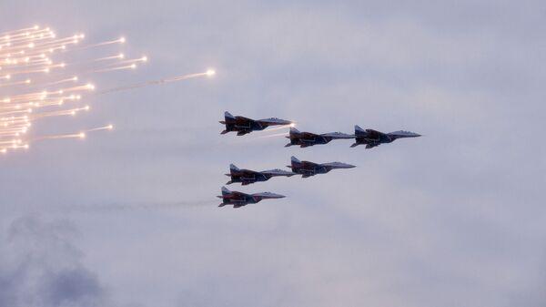 МиГ-29 пилотажной группы Стрижи во время воздушной части военного парада в честь 75-летия снятия блокады Ленинграда на Дворцовой площади в Санкт-Петербурге. 27 января 2019