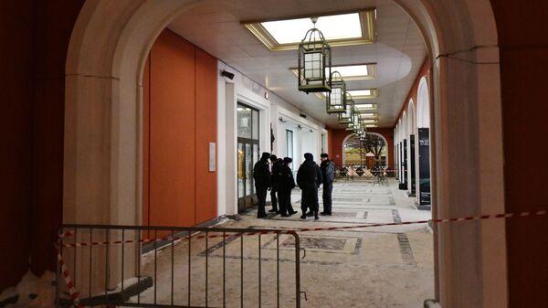 Сотрудники полиции дежурят у входа в Инженерный корпус Третьяковской галереи в Москве