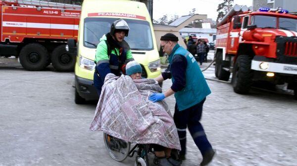 Эвакуация жительницы жилого дома в Улан-Удэ, в котором произошел пожар
