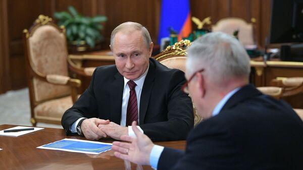 Владимир Путин и руководитель Федеральной службы по ветеринарному и фитосанитарному надзору Сергей Данкверт во время совещания. 28 января 2019