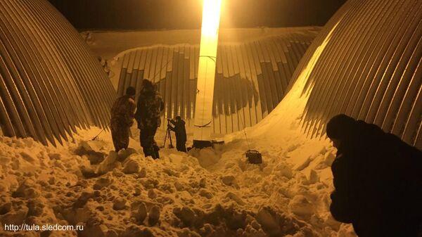 В деревне Ольхи Плавского района Тульской области на закрытой территории одного из предприятий произошел сход снега с ангара, в результате чего погиб 10-летний ребенок
