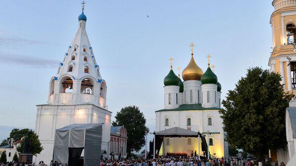 Туристы на Соборной площади в Коломне
