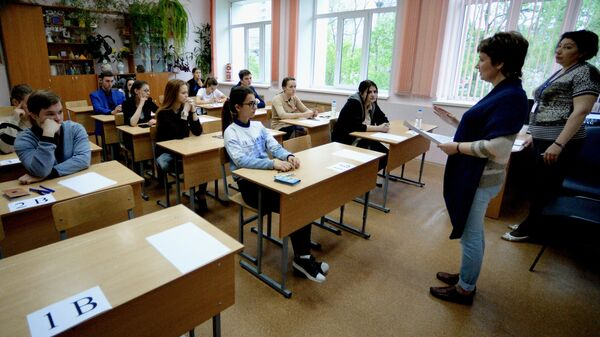 Ученики в классе перед началом экзамена по русскому языку