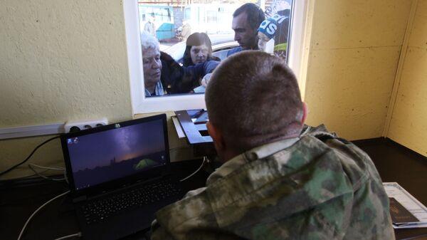 Паспортный контроль на КПП, соединяющем территорию Украины и ДНР