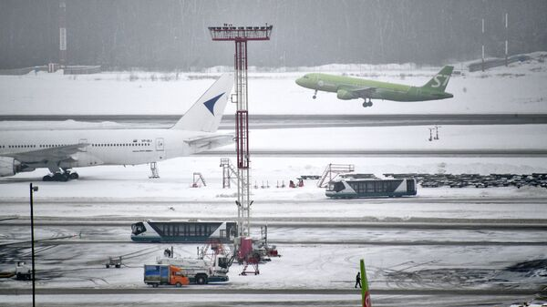Самолет на летном поле в аэропорту Домодедово