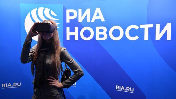 Участница VR-перформанса Слепые в большом городе тестирует очки виртуальной реальности Gear VR