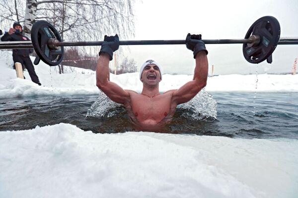 Многократный рекордсмен России и книги рекордов Гиннеса Андрей Лобков во время установления мирового рекорда по жиму штанги в проруби