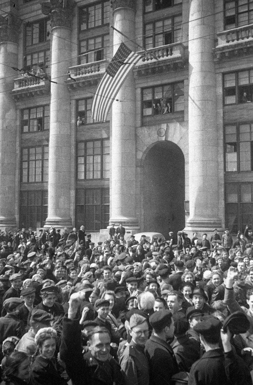 Советские граждане собрались у здания посольства США в День Победы