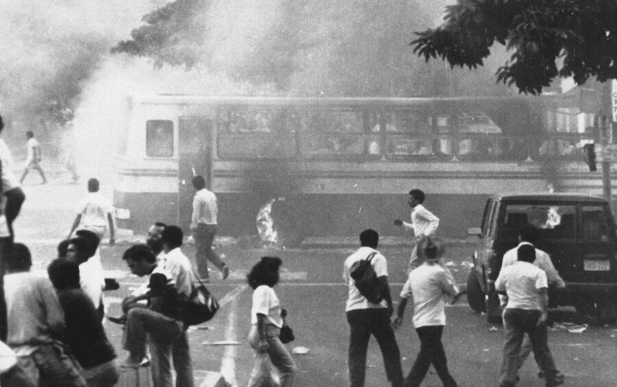 Беспорядки в Каракасе в знак протеста против повышения цен на бензин и транспорт. 28 февраля 1989 года