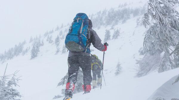 Туристы в горах зимой