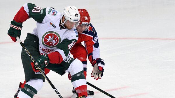 Александр Романов (справа)