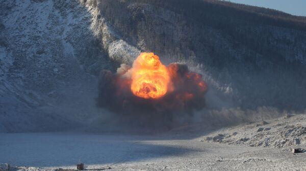 Подрывные работы, проводимые инженерными войсками Министерства обороны России с целью устранения последствий оползня на реке Бурея