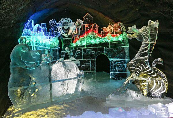 Ледяная скульпутра в Снежной деревне в городе Апатиты Мурманской области