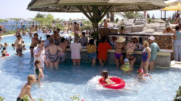 Бар у бассейна в аквапарке Анталии