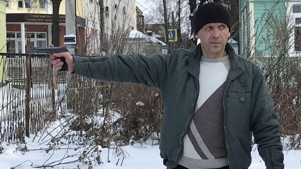Владимир Мухин показывает, как убивал Соболева. Фото из материалов уголовного дела