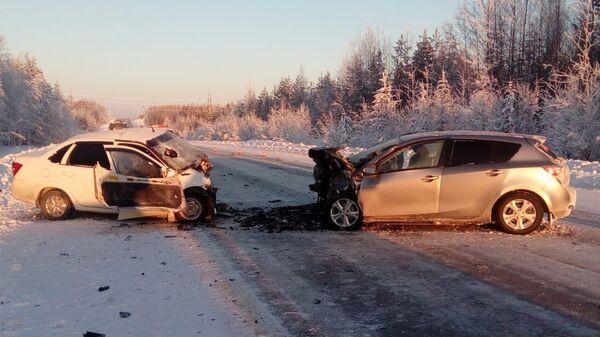 На месте ДТП с участием автомобилей Lada Granta и Mazda 3 в Ханты-Мансийском автономном округе. 2 февраля 2019