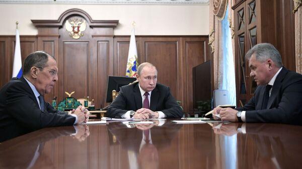 Владимир Путин, глава МИД РФ Сергей Лавров и министр обороны РФ Сергей Шойгу во время встречи. 2 февраля 2019