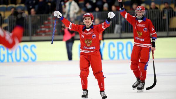 Игроки сборной России радуются победе в матче финала чемпионата мира по хоккею с мячом против сборной Швеции. 2 февраля 2019