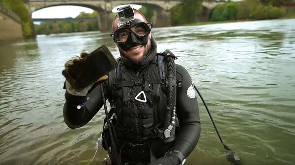 Дайвер Джейк со смартфоном, найденным на дне реки