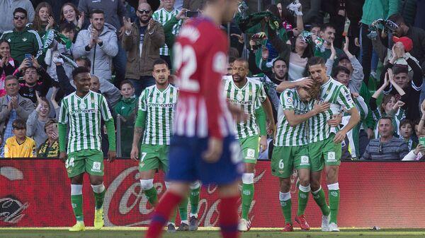 Футболисты Бетиса радуются забитому мячу в ворота Атлетико