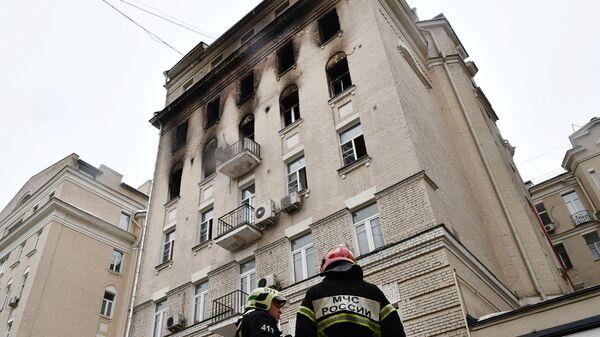 Сотрудники МЧС рядом с жилым домом на Никитском бульваре в Москве, где произошел пожар