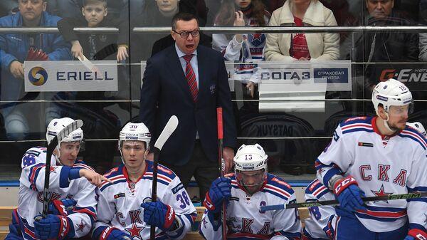 Главный тренер СКА Илья Воробьёв (в центре на втором плане)