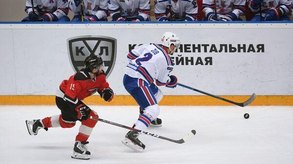 Игрок Авангарда Давид Деарне (слева) и игрок СКА Артём Зуб