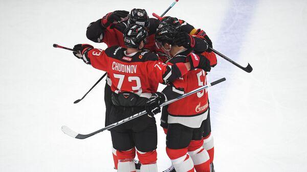 Хоккеисты Авангарда радуются победе над СКА