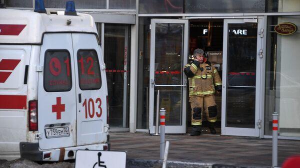 Сотрудник пожарной службы рядом с торговым центром