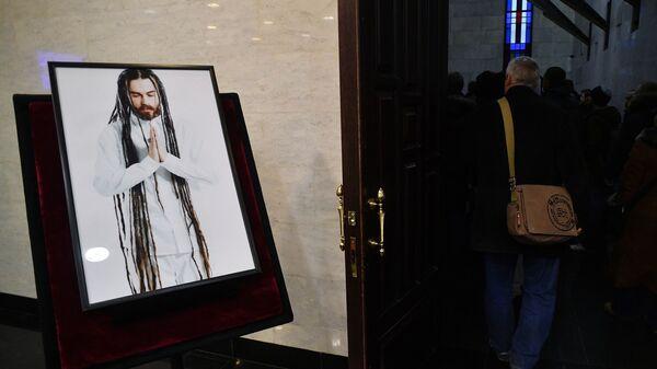Портрет рэпера Децла рядом с залом, в котором проходит церемония прощания