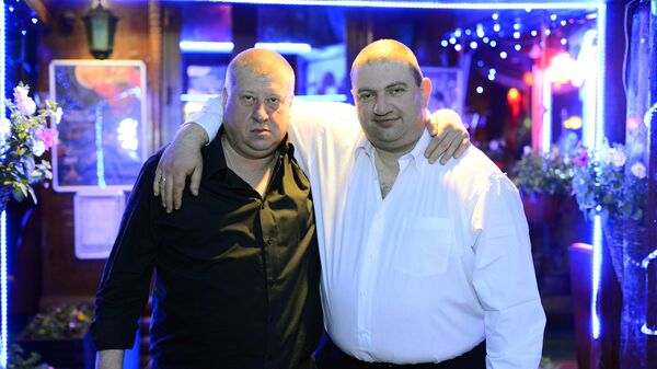 Александр Кайданов (справа) вместе со свои адвокатом (слева)