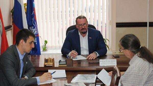 Генеральный директор  Воронежской горэлектросети Руслан Кочетов в своей приемной