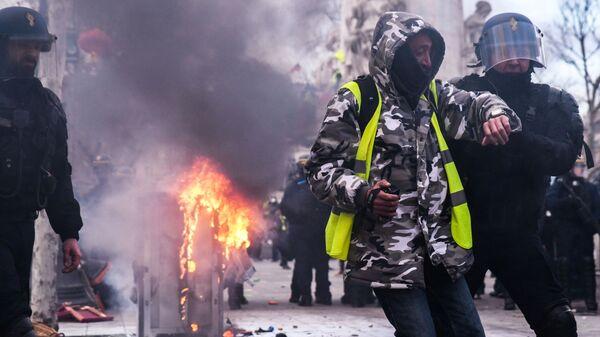 Столкновения участников с полицией во время акции протеста желтых жилетов