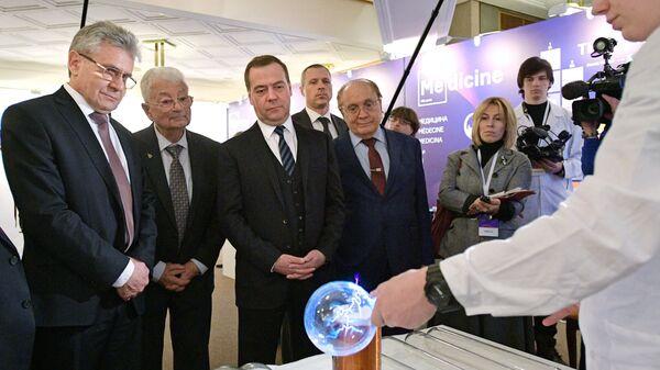 Дмитрий Медведев во время осмотра выставки научно-исследовательских проектов в области химии в здании РАН. 6 февраля 2019