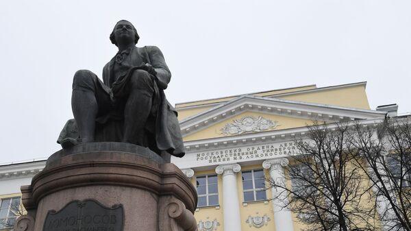 Памятник М. В. Ломоносову и здание факультета журналистики МГУ