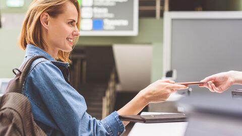 Девушка на паспортном контроле в аэропорту