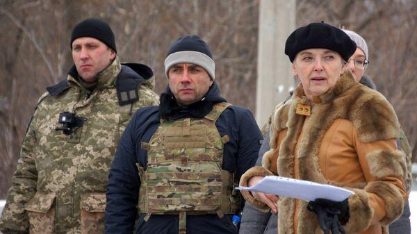 Руководитель рабочей группы по вопросам обмена военнопленных Ольга Кобцева во время обмена военнопленными между ЛНР и Украиной в Луганской области
