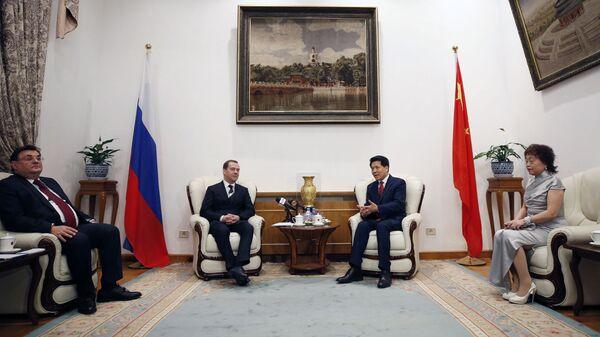 Председатель правительства РФ Дмитрий Медведев беседует с послом КНР в РФ Ли Хуэйем