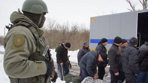 Украинские военнопленные и сотрудник полиции ЛНР во время обмена военнопленными между ЛНР и Украиной. 7 февраля 2019