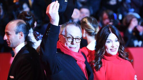 Директор Берлинского кинофестиваля Дитер Косслик (в центре) на красной дорожке церемонии открытия 69-го Берлинского международного кинофестиваля Берлинале - 2019