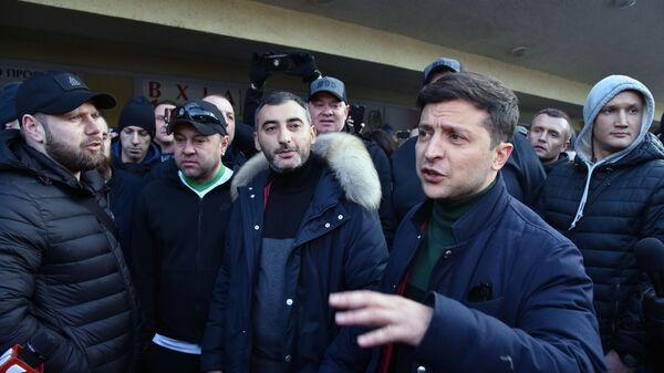 Кандидат в президенты Украины Владимир Зеленский во время общения с участниками митинга своих противников во Львове. 8 февраля 2019