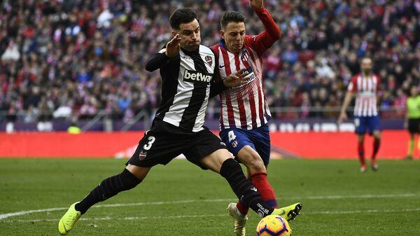 Защитник Леванте Тоньо Гарсия (слева)